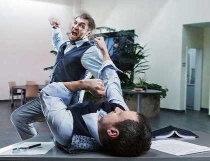 殴り合う男性