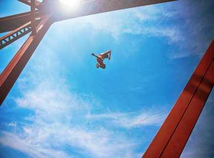 空を飛んで逃げる夢