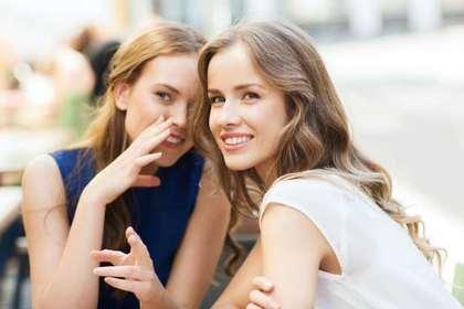 ひそひそ話をする2人の女性画像