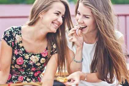 甘い物を食べる女性