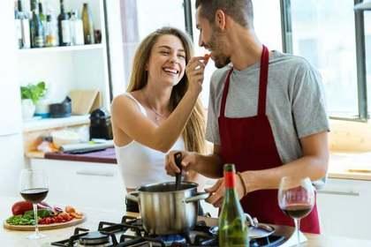 ご飯を作る人の画像
