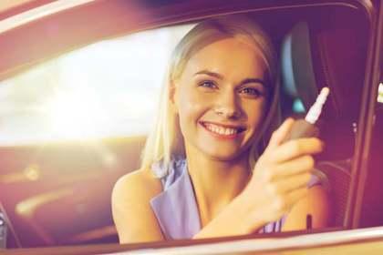 車に乗っている笑顔の女性