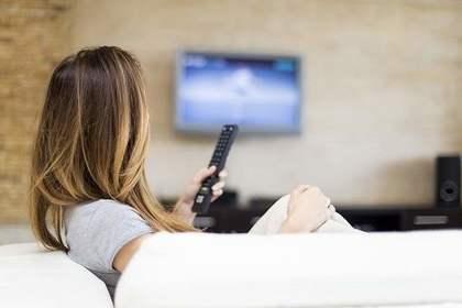 テレビをみる女性