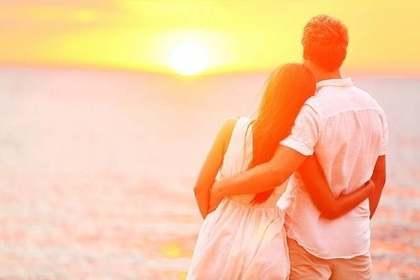 夕陽を見つめるカップル