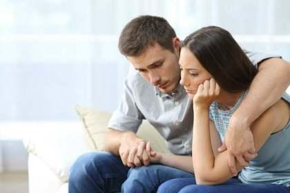 話し合い中のカップル