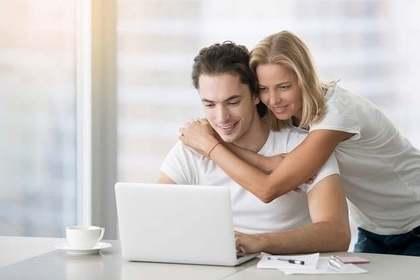 パソコンを使う男女