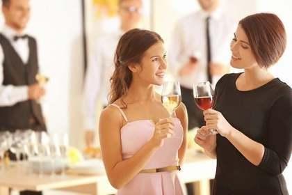 パーティーを楽しむ女性たち