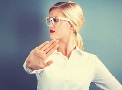 拒絶するメガネの女性