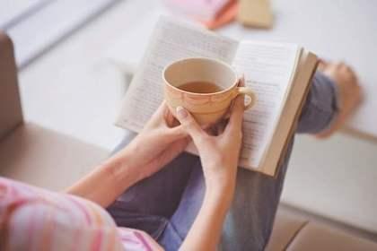 お茶しながら本を読む人
