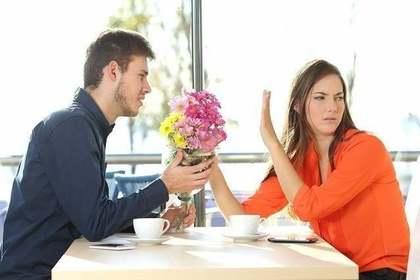 花束のプレゼントを断られる男性