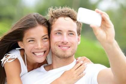 自撮りするカップル