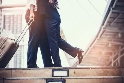 階段上で抱きしめ合う男女
