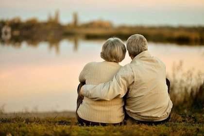 川辺の祖父母