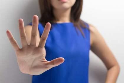 青い服を着た女性