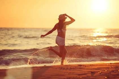 海の流れを感じる女