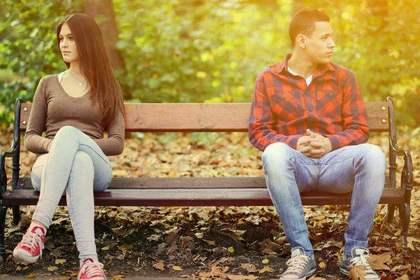 ベンチの端に座る男女