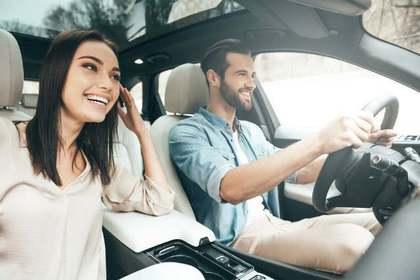 車を運転する男性