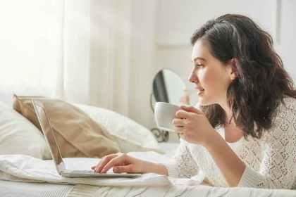 ネットをしている女性