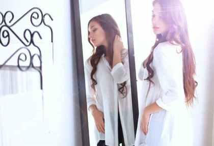 鏡の前にいる女性