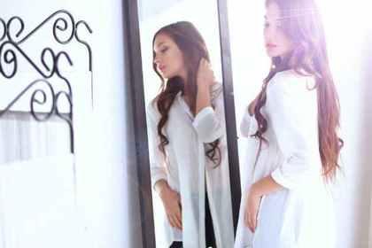 大きな鏡と女性