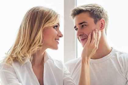 女性が男性にスキンシップをとる