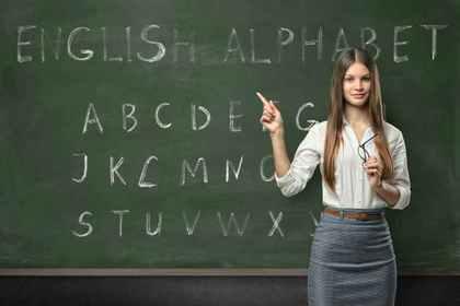黒板を指す教師