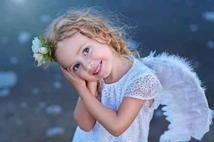 天使の姿の女の子