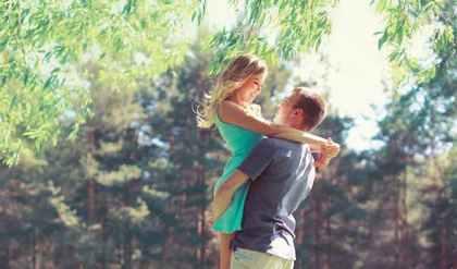 彼女を抱き上げる男性