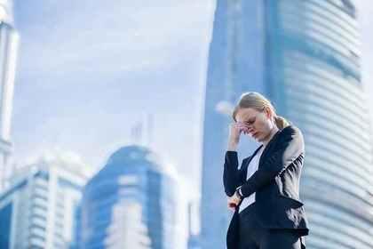 オフィス街で悩む女性