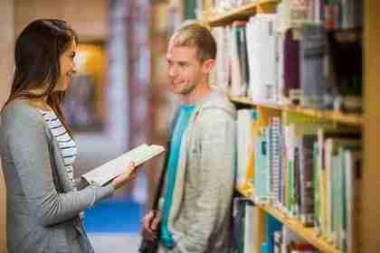 図書館にいる男女