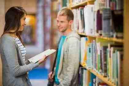 クオカードで本を買おうとしている女性