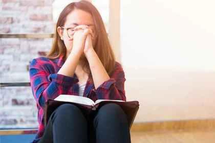 本を音読する女性