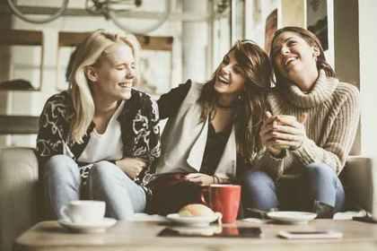 カフェでくつろぐ女性たち