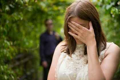 緑のトンネルの中で泣く女性