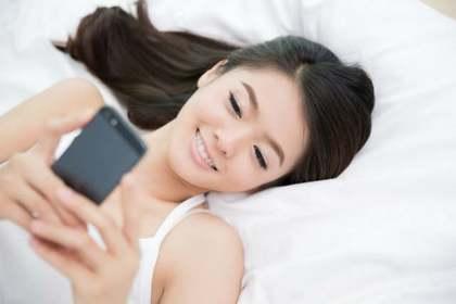 横になった日本人女性の顔