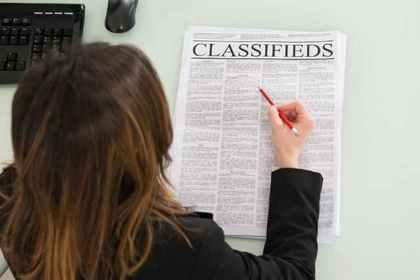 新聞を見る女性