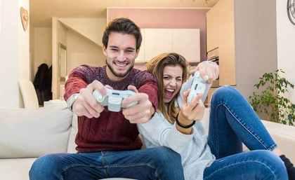 オンラインゲームを楽しむ男女
