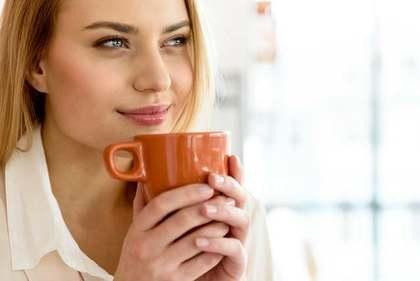 カフェ中の女性