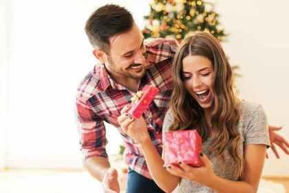 プレゼントに喜ぶカップル