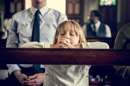 教会で祈る女の子