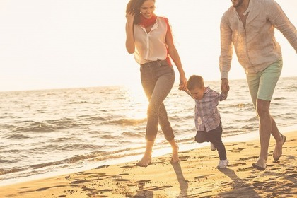 海沿いを走る家族