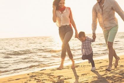 ビーチで家族が歩いている