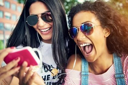 友達同士で音楽を聴いているところ