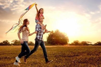 明るい未来に向かって走る家族