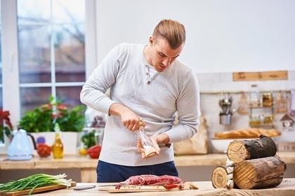 調理する夫