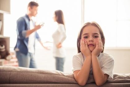 夫婦喧嘩を見ないようにしている子供