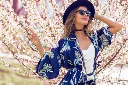 桜とマッチする魅力的な外国人女性
