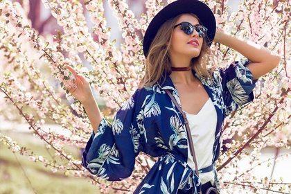 桜を見る女性