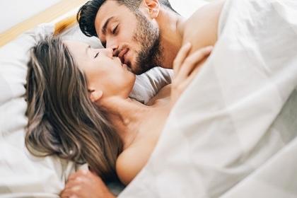 男性と女性がキスしているところ