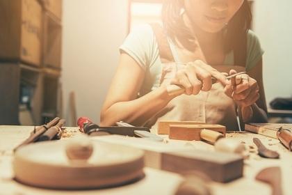 木材を加工する女性